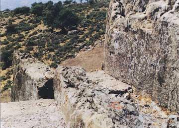Ο λαξευμένος ιερός βράχος.