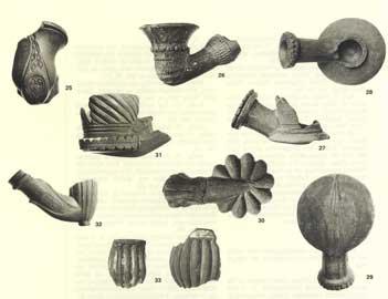 Πήλινες πίπες και ναργιλέδες από τις ανασκαφές του αρχαιολογικού χώρου της Βιβλιοθήκης Αδριανού Αθηνών.