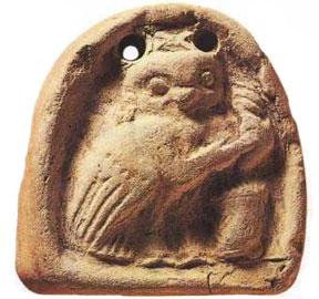 Αγνύθα με παράσταση κουκουβάγιας που γνέθει (300 π.Χ.).