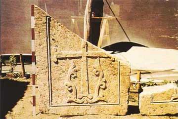 Εγχάρακτο λίθινο θραύσμα Μεσο-Βυζαντινής περιόδου από το Αμόριο.