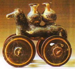 Πήλινο ομοίωμα ιππαρίου με τροχούς (παιχνίδι) από το Λευκαντί.