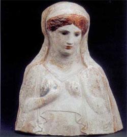 Πήλινη γυναικεία προτομή, πιθανότατα θεότητας του Κάτω Κόσμου από το κλασικό νεκροταφείο της Αμφίπολης.