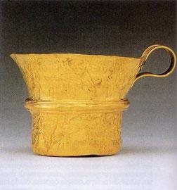 Χρυσό κύπελλο από λεπτό έλασμα με έκτυπη διακόσμηση δελφινιών. Εθνικό Αρχαιολογικό Μουσείο.