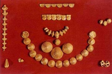 Χρυσές ψήφοι κατασκευασμένες σε μήτρα, 13ος αι. π.Χ. Από το Νέο Καδμείο της Θήβας.