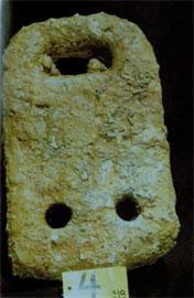 Χαρακτηριστική άγκυρα που βρέθηκε στην Αλεξάνδρεια, με την άνω οπή σε σχήμα ταχυδρομικής θυρίδας.