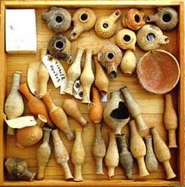 Άθικτα μυροδοχεία τα οποία συγκεντρώθηκαν από την ανασκαφή στον Πύργο της Κύπρου.