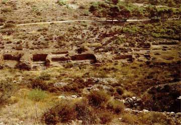 Παρακείμενα πλυντήρια μεταλλεύματος λαξευμένα στον βράχο της ανατολικής όχθης της κοιλάδας Μπερτσέκου.