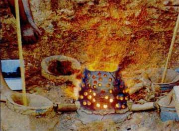 Η φρεατώδης μεταλλουργική κάμινος σε πλήρη λειτουργία κατά τη διάρκεια πειραματικής προσομοίωσης της παραγωγής πρώιμου χαλκού.