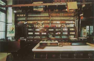 Λάρισα. Οινοπαντοπωλείον Νικ. Νικόδημου, εσωτερικό (φωτ. Α. Παυλίδη, 7.7.2005).