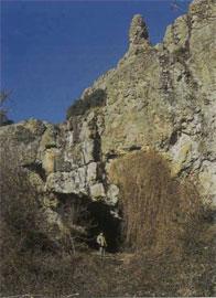 Δεξιά πλευρά της εισόδου του σπηλαίου Μεγάλη Βούβα.