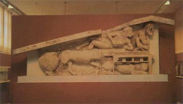 Ήμισυ αετώματος με παράσταση διονυσιακού συμποσίου, 500 π.Χ.