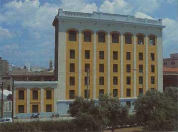 Ο κυλινδρόμυλος Γεωργή-Νικολετόπουλου στον Πειραιά. Ένα από τα πρώτα κτίρια μπετόν-αρμέ στην Ελλάδα.