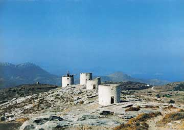 Αμοργός, Χώρα. Ερειπωμένο χαρακτηριστικό συγκρότημα ανεμόμυλων με κυλινδρικούς πέτρινους πύργους.