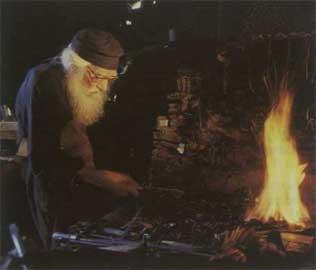 Μοναχός σιδηρουργός στο εργαστήριό του στις Καρυές.