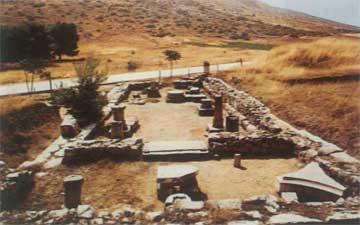 Γενική άποψη του ναού της Αρτέμιδος στην Αυλίδα. Σε πρώτο πλάνο το άδυτο του ναού.