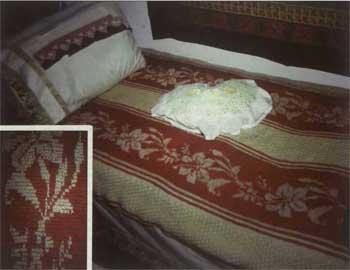 Χειροποίητη μάλλινη κουβέρτα με κόκκινες ίνες βαμμένες με ριζάρι. Λαογραφικό Ιστορικό Μουσείο Αμπελακίων Θεσσαλίας.