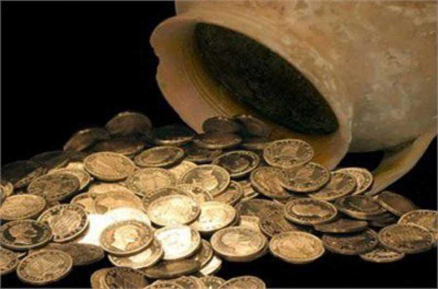 Οne of the suspects was found with around 4,000 ancient coins in his possession.