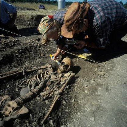 Osteologists Ove and Evy Persson during the excavation of Grave 2 at Ajvide, Gotland, Sweden, in 1983. The skeleton belongs to a young female, c. 20 years of age, dated to around 2700 BC.