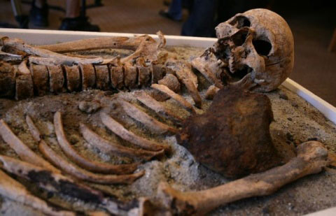 Bulgarian archeologists claim to have found a vampire skeleton in the Black Sea town of Sozopol over the iron stick piercing the chest.