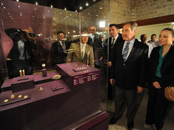 Minister Ertugrul Gunay and other officials admiring the 24 golden pieces recently returned to Turkey as a loan by the Penn Museum.