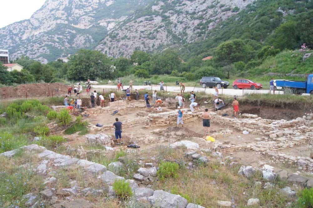 The Polish team excavating at Rhizon. (Image: Martin Lemke)