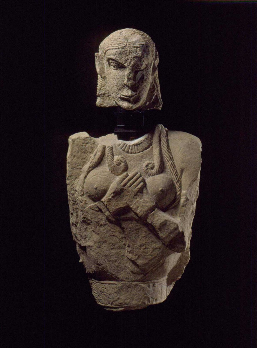 Head and torso of funerary statue. 625 BC. Limestone. From Vetulonia, burial mound of Pietrera. Florence, National Archaeological Museum. Fernando Guerrini και Mauro del Sarto (Photographic Archive of the Ephorate of Antiquities of Tuscany ©).
