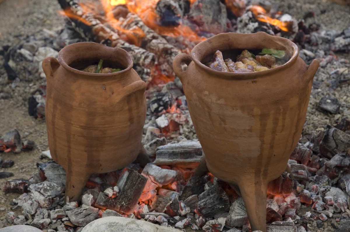 Experimenting with replicas of Late Minoan cook-pots and Food at the American School of Classical Studies. (photograph by: Chronis Papanikolopoulos)