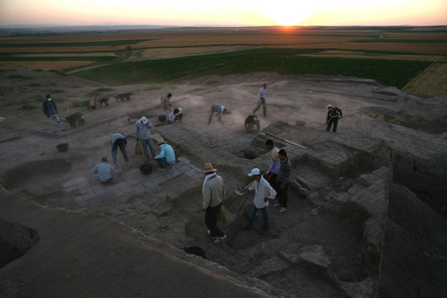 Racing the sunrise to prepare the excavation area for photography. Image: Ziyaret Tepe Archaeological Expedition.