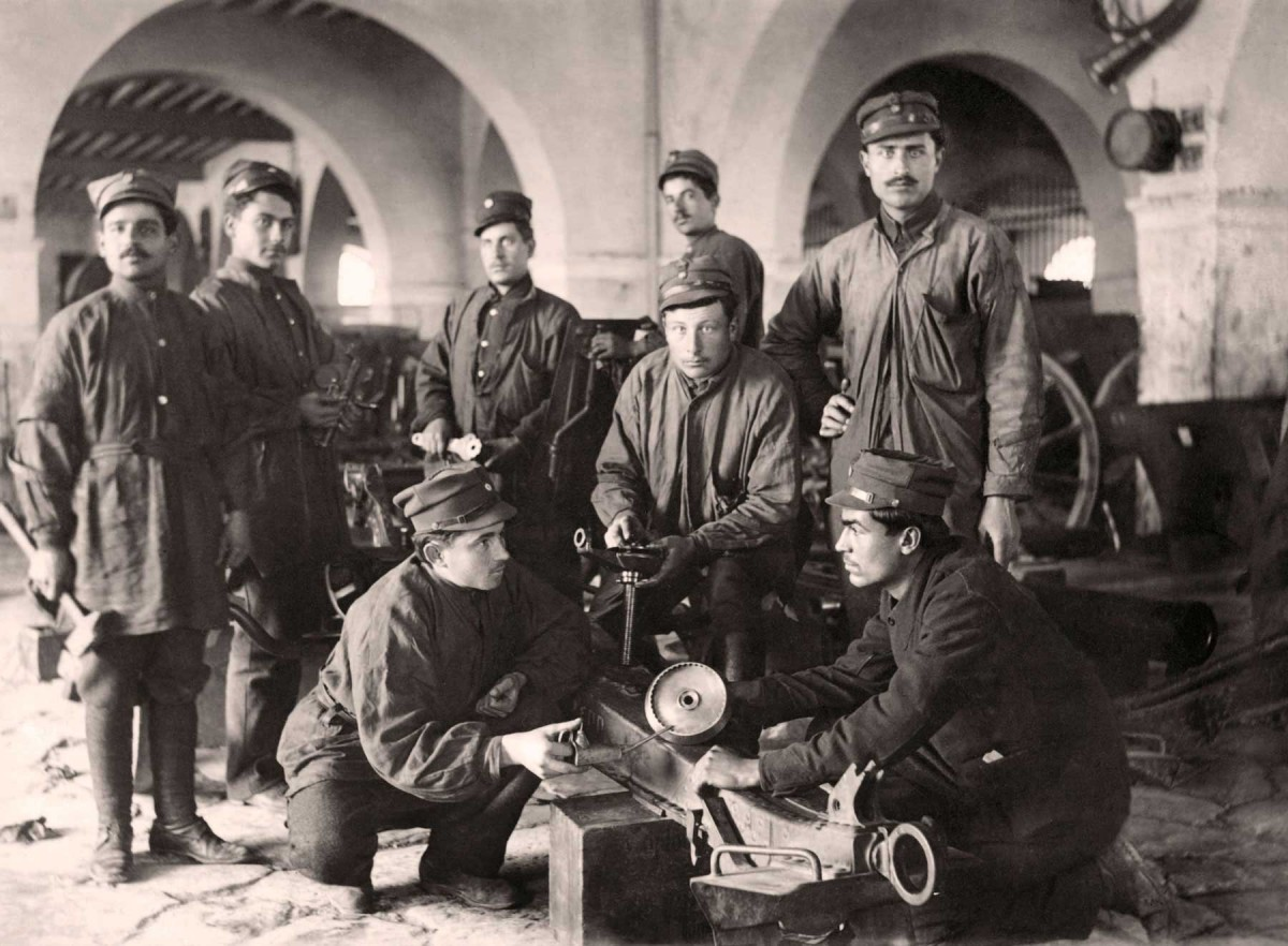 Soldier-technicians and mechanics, proud of their technical duties. Photographic Archives of the Benaki Museum.