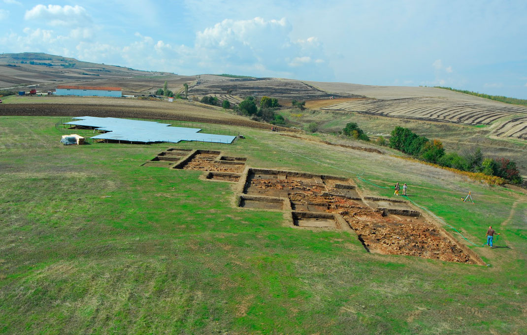 Archaeologist Dr. Georgia Stratouli will give a lecture to commemorate the ten-year excavation of the Neolithic settlement at the site of Avgi, Kastoria.