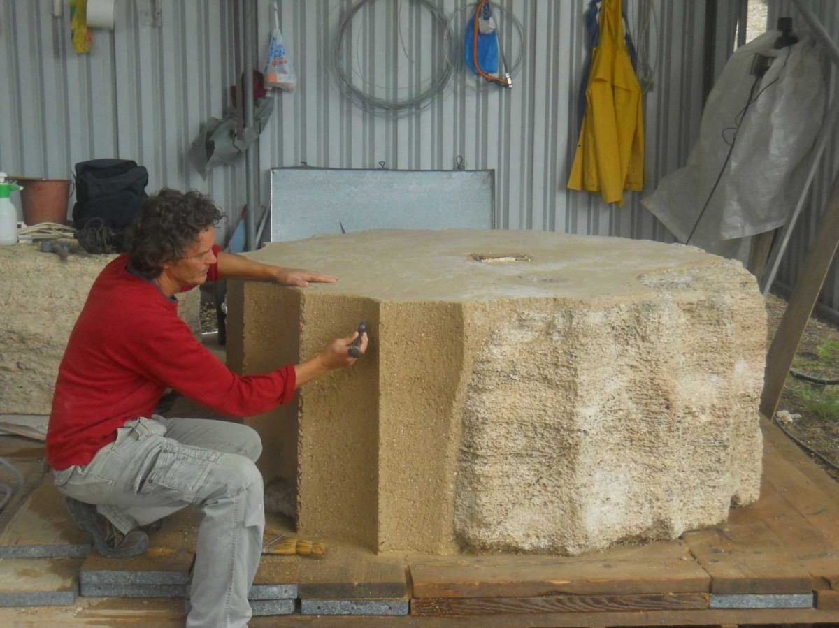 Fig. 2. Final working of the artificial stone completion at the southern column flutes of the opisthodomos done by F. Beuthan by hand. Photo: K. Fuchs. (© DAI)