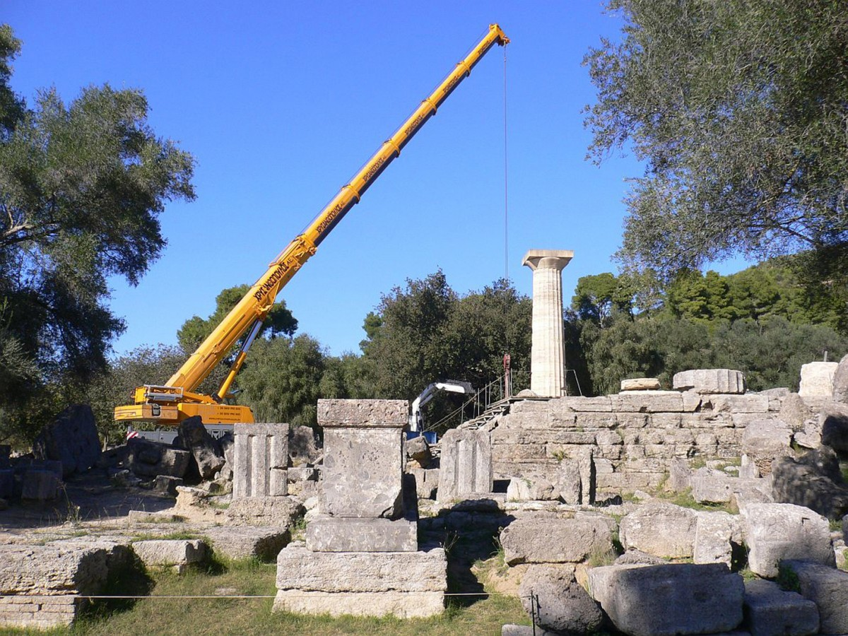 Fig. 3. The crane at the western part of the temple. Photo: R. Senff. (© DAI)