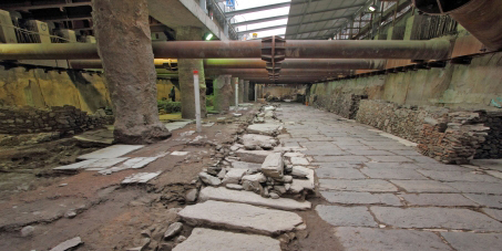 Extraordinary find: the central avenue (decumanus) with the road leading to the harbor. It was paved with marble plaques, and framed by public buildings.