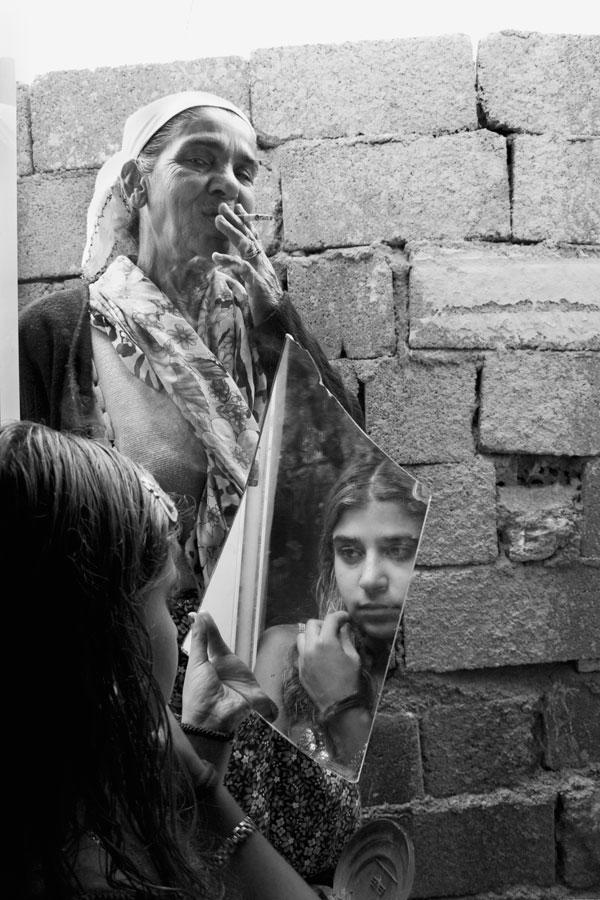 A young Romani putting on her make up in the Drosero camp. Photo:Pepi Loulakaki.