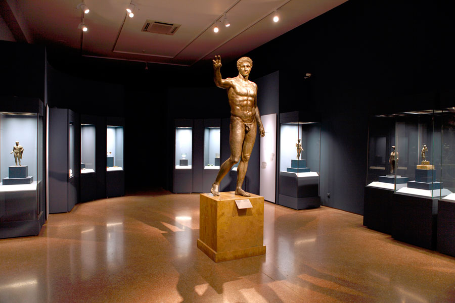 """View of the exhibition """"The Shipwreck of Antikythera: the Ship, the Treasures, the Mechanism"""", presented at the National Archaeological Museum."""