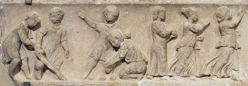 Children playing ball games. Marble, Roman artwork, second quarter of the 2nd century AD. Louvre Museum, Paris. Photo: Marie-Lan Nguyen (2009) Kilde: Wikimedia Commons.