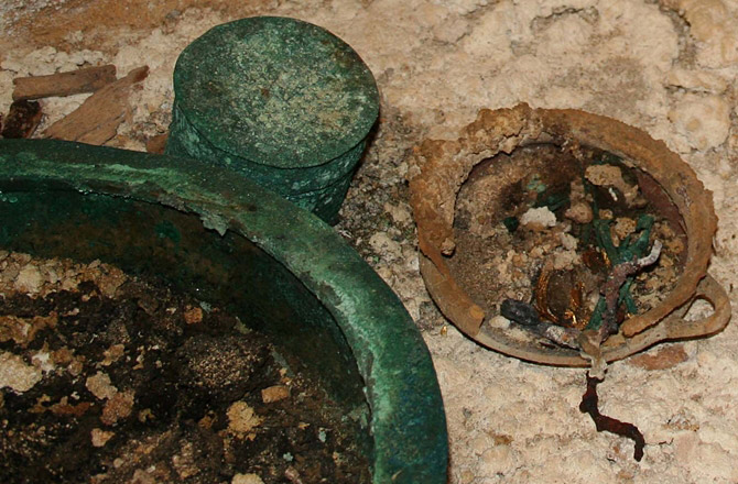This dish was used during the funeral meal for the Etruscan prince. Food remains are still visible in the bowl. Photo: Massimo Legni.
