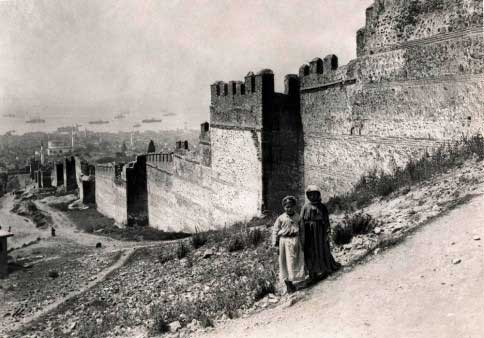 The walls of Thessaloniki in 1916. © Haris Yiakoumis, Editions Kallimages.