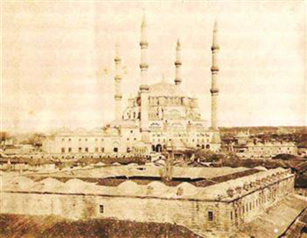Yemişkapanı inn during the time it was serving as a bazaar in the Ottoman era. Photo: A.A.