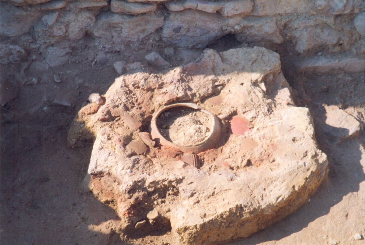 Fig. 21. Hearth of the Middle Bronze Age, with a tripod cooking pot embedded into the floor (Trench 5, Room IV).