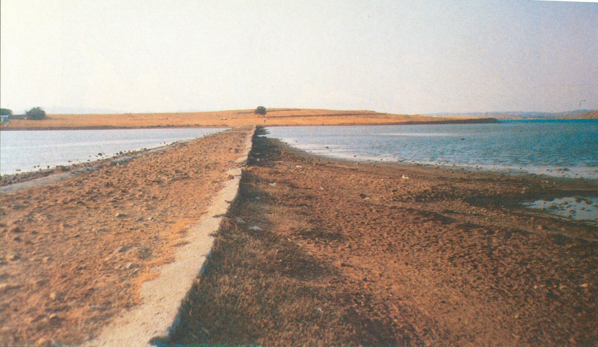 Fig. 4. The artificial road leading to Koukonisi.
