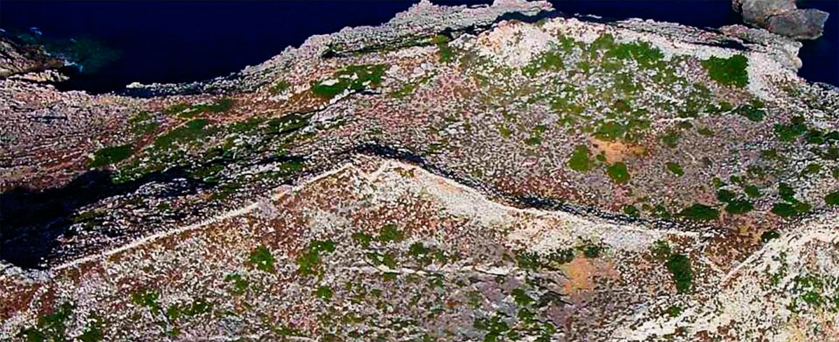 "Fig. 22. Aerial photograph of the northern part of ""Kastro"". The northern part, on the right of the figure, does not bear any traces of habitation and it had been fortified only for strategic reasons and for the creation of an area, where the inhabitants of the island would find shelter in case of an attack or where the army that would contribute to the defense of the city would be accommodated.  This part of the fortifications can easily be visible also on satellite pictures."