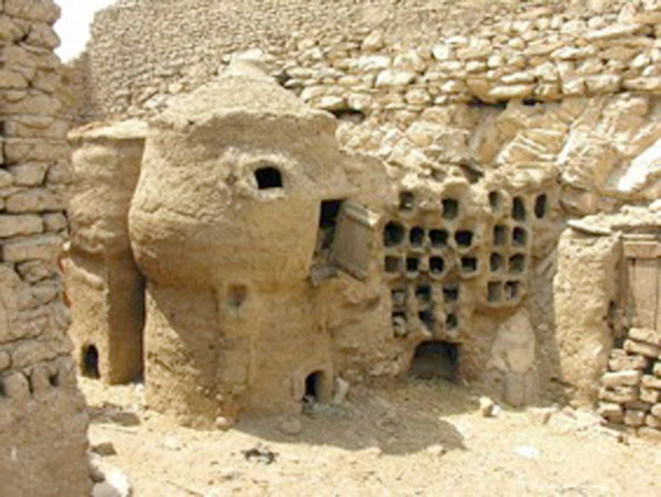 Sheikh and el Qurna: Traditional mud construction within the hamlets prior to demolition. Photo: Caroline Simpson.