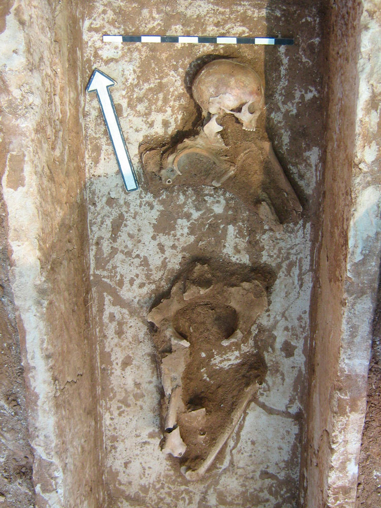 Fig. 12: Almyros, Aigeira: Burial in a sarcophagus' interior.