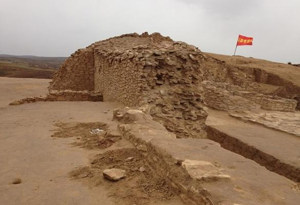 Fortification wall in the neolithic settlement site of Shimao (Shaanxi, China).