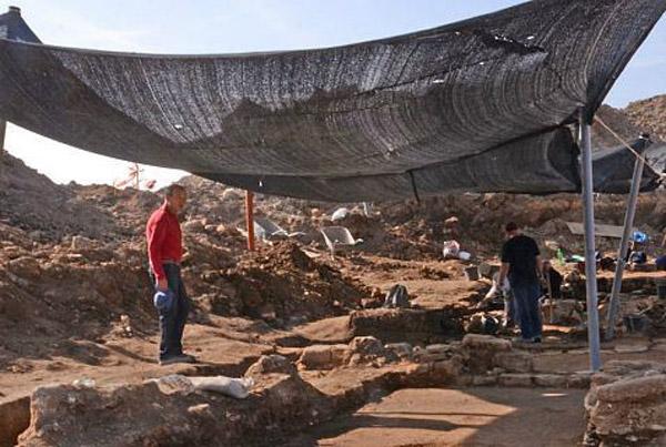 Archaeologists digging at Moshav Aluma, Israel. Photo: Jewish Press.