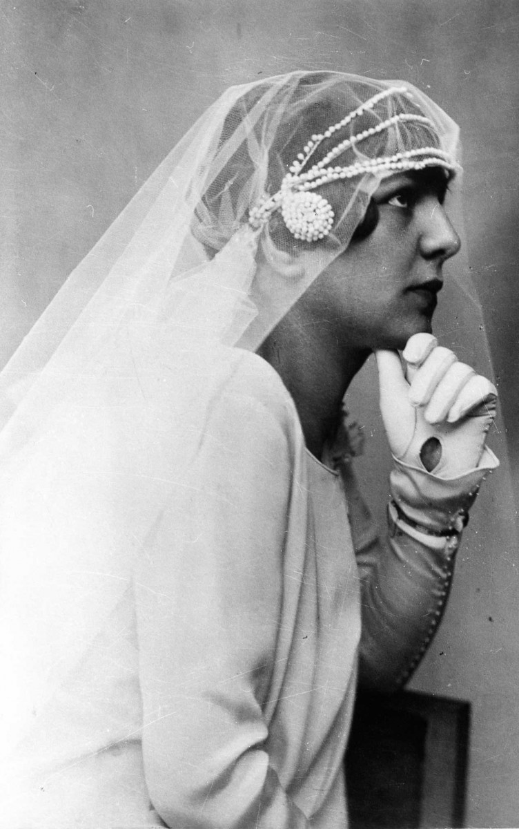Photographic portrait of a bride in the 1920s. (Source: Benaki Museum)
