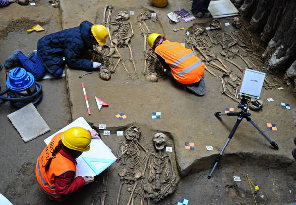 Excavating a mass grave in Florence. 6th-7th century AD.