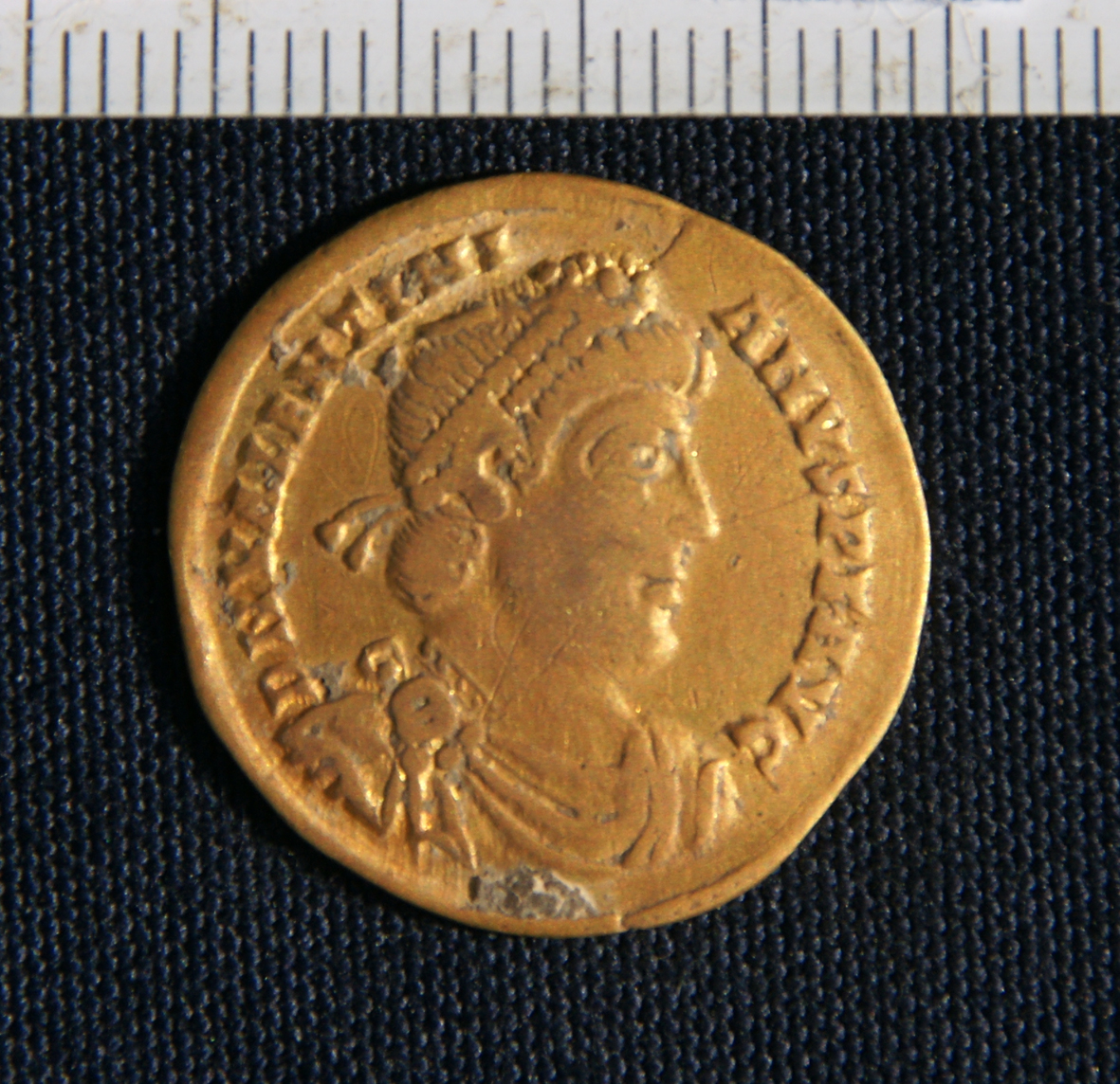 Solidus of Emperor Valentinian which formed part of the hoard found in Deir el Bakhit, Egypt (front side). Photo: DAI Cairo.