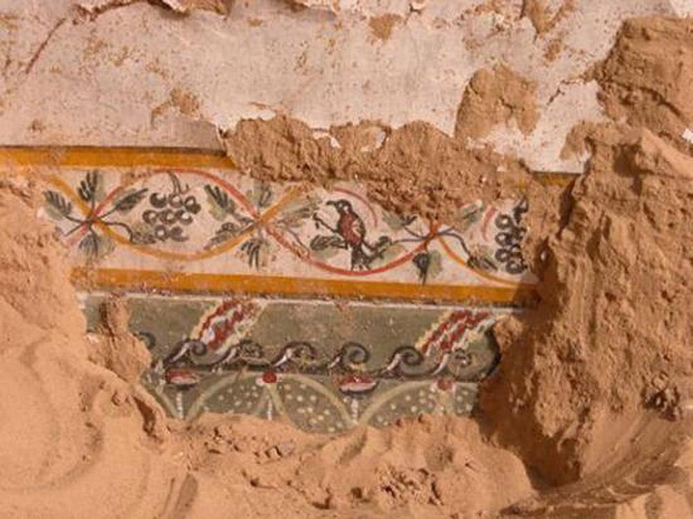Grapes depicted as a decoration theme in a fresco frieze. Amheida (Trimithis), Dakhla Oasis, Egypt. Grecoroman period. Photo: Elly Heirbaut.